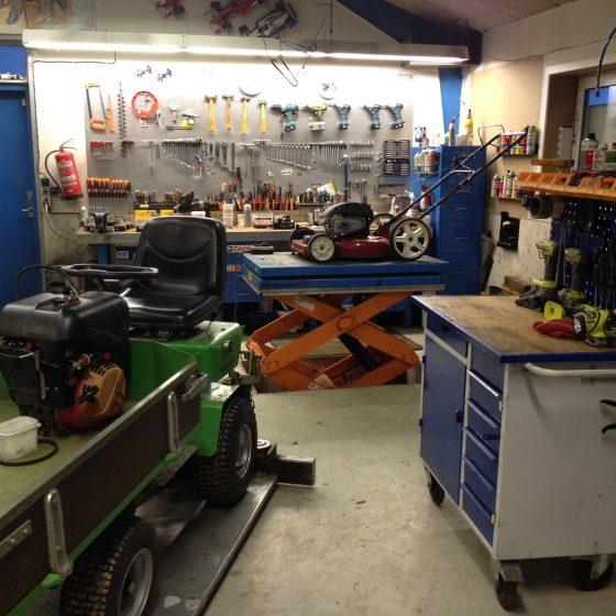 Østjysk Plæneklipper Service tilbyder professionel salg, service og reparation af både små og store have - og parkmaskiner. Vi har et mobilt værksted, som kommer til dig, og yder en nem og effektiv reparation